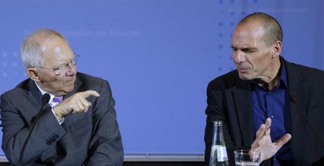El ministro de finanzas griego, Yanis Varoufakis (derecha), y su homólogo alemán Wolfgang Schäuble, en la rueda de prensa que ofrecieron el pasado febrero tras una reunión en Berlín. REUTERS