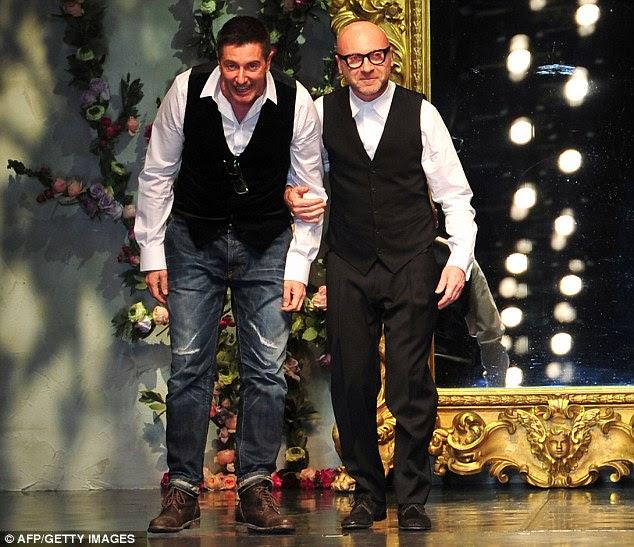 Celebração: Designers Stefano Gabbana (à esquerda) e Domenico Dolce andar na passarela no final do show