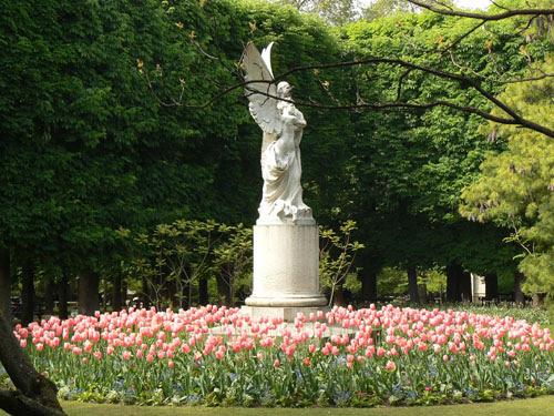 statue et tulipes roses.jpg