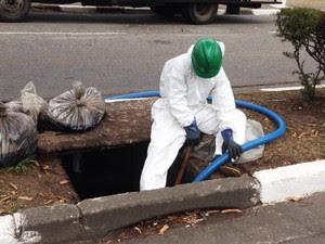 Agentes da CETESB estão fazendo a sucção do óleo  (Foto: Mariane Rossi / G1)