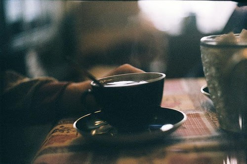 Meu amor, meu estômago agora reclama, reclama por eu ter trocado você pelo café, forte demais.Ele diz que sem você o capuccino amarga, pesa e arde.Peço calma, e preencho ele comcoisas ácidas, coisas minhas mesmo.Tudo bem, eu até entendo esse protesto bobo, fisiológico, mas até mesmo meu corpo tem que seguir menino.Com ou sem você. Então, o café me ajuda a não dormir, assim consiguo cumprir as minhas obrigações adiadas, e enegrecer a saudade que guardo.Não te peço pra voltar, sei que seu orgulho é um bicho forte, difícil de matar, então, continue distraindo-se com coisas passageiras, com amigos de estação.E quem sabe, eu ainda aprenda fazer aquele macarrão que você gosta.Talvez eu te ensine a diferença entre prender e amar. Isabela Ribeiro.