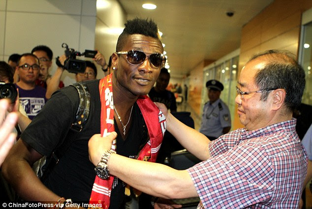 Gyan arrives in Shanghai ahead of his move to the Chinese Super League