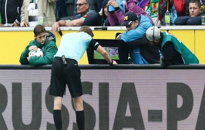 Seorang wasit di lapangan hijau memang jadi tonggak pengadil setiap pertandingan Wasit Sepak Bola Kerap Keliru, Alhasil Teknologi Ikut Membantu