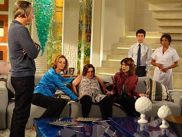 Sarmento ultimamente é só más notícias para a família (Foto: Cheias de Charme / TV Globo)
