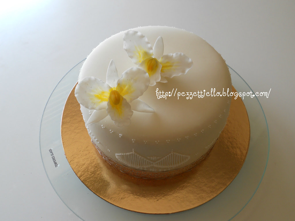 torta con orchidee in gum paste e decori in ghiaccia reale