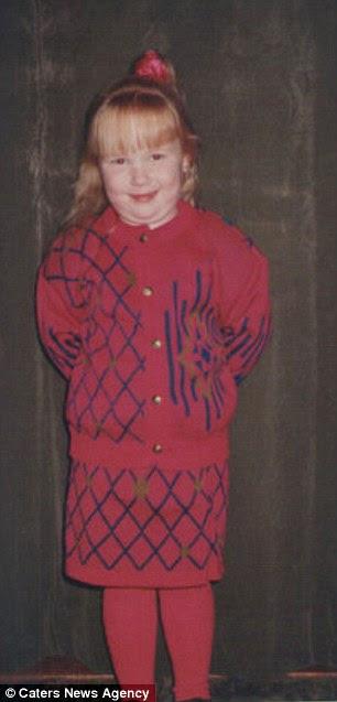 Com a idade de dez ela estava vestindo roupas voltados para um adulto