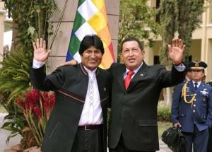 El presidente boliviano, Evo Morales (I) y su homólogo venezolano, Hugo Chávez (D), saludan a la prensa acreditada en la VII Cumbre de la Alianza Bolivariana para los pueblos de Nuestra América (ALBA), en Cochabamba, Bolivia, el 16 de octubre de 2009. AIN FOTO/Aizar Raldes/AFP/sdl