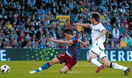 Villa remata a gol ante un defensa de Osasuna en la acción del primer tanto del Barça, el sábado.