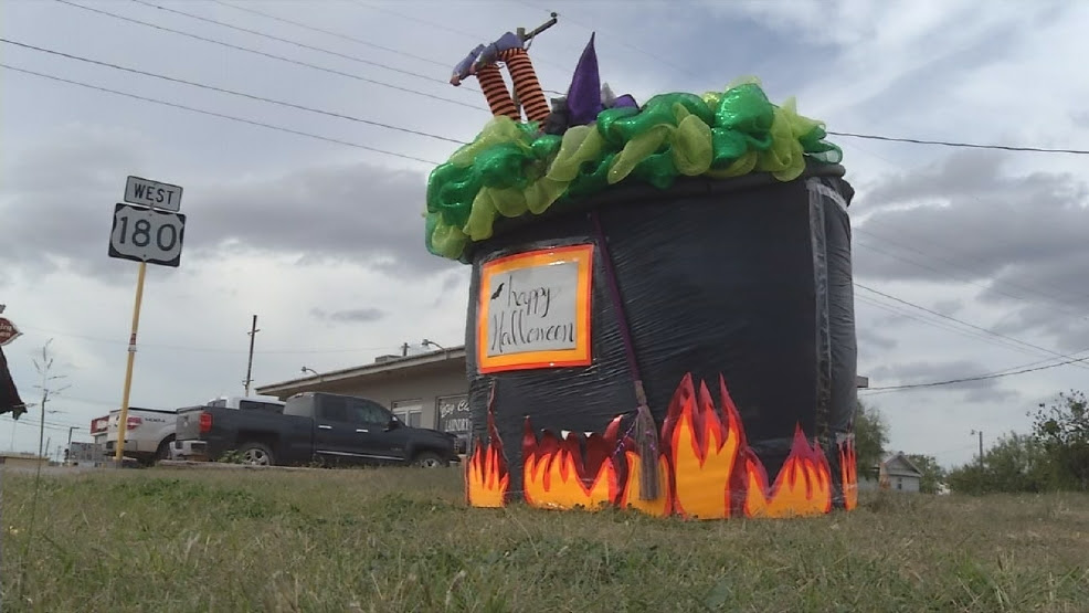 Halloween Themed Hay Bales Decorate Ktxs