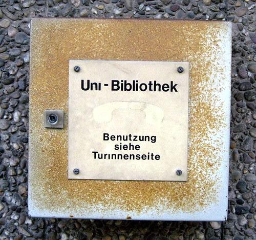Schild an der UB Stuttgart mit Aufschrift 'Benutzung siehe Turinnenseite'