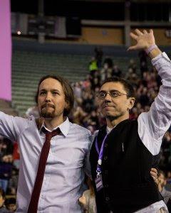Iglesias y Monedero, con los brazos en alto, saludando a los miembros del Consejo Ciudadano que están en el escenario / JAIRO VARGAS