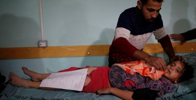 Un niña palestina herida durante los bombardeos israelíes en Gaza.- REUTERS
