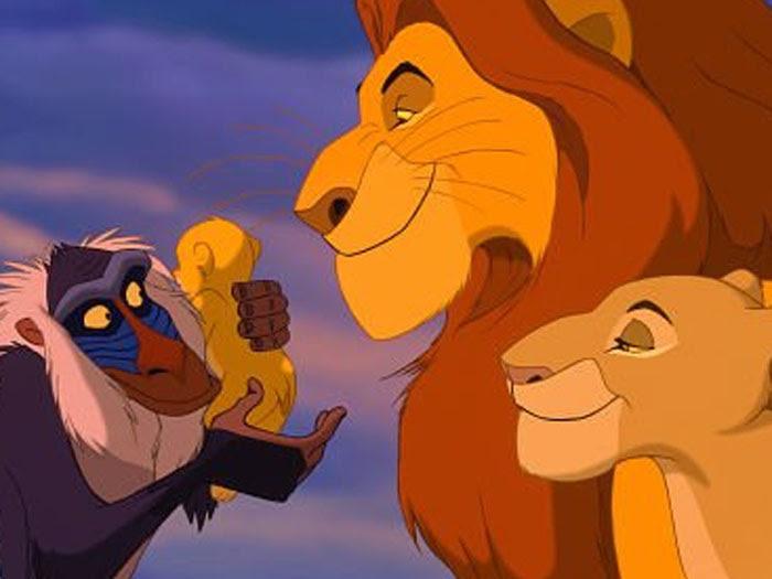 Mufasa e Sarabi batizam o filho Simba, o protagonista do desenho da Disney O Rei Leão