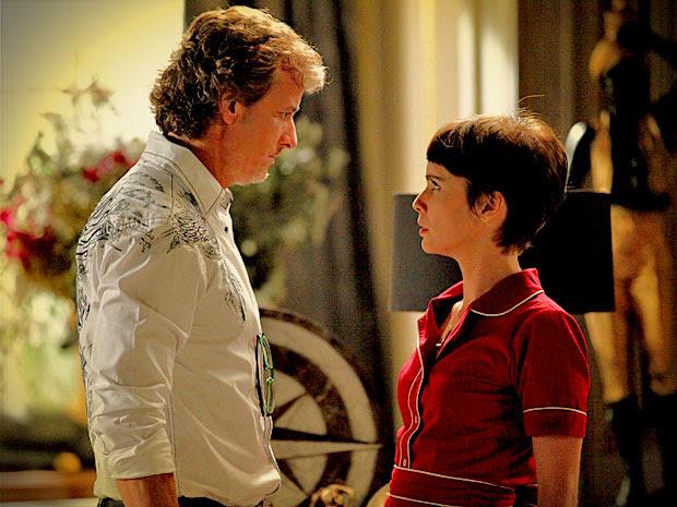 Max dá mais uma investida em Nina (Foto: Avenida Brasil/TV Globo)