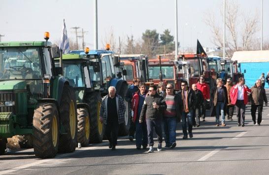 Μπλόκα Αγροτών: Απέκλεισαν τα γραφεία του ΟΓΑ στην Τρίπολη - Περισσότερα τρακτέρ στους δρόμους!