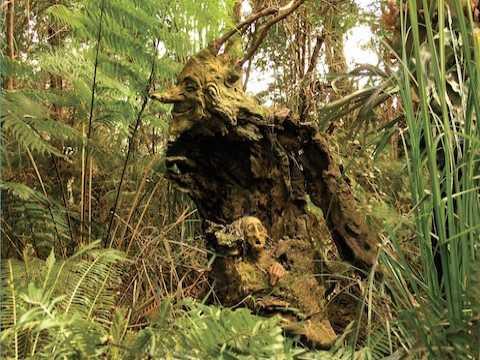 Φανταστικός κήπος με ξύλινα γλυπτά