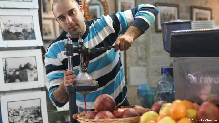 A Kiosk worker in the Jerusalem Old City in Israel makes pomegranate juice in April 2013 (   Foto: Daniella Cheslow)