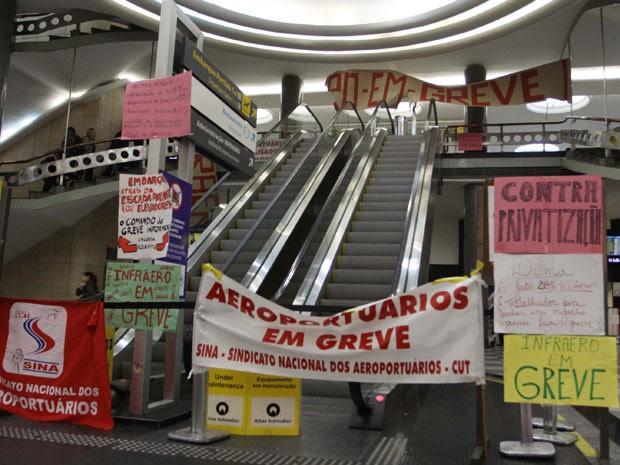 Manifestantes fecharam acesso por escada rolante ao embarque de Congonhas (Foto: Marcos Bezerra/Futura Press/Estadão Conteúdo)