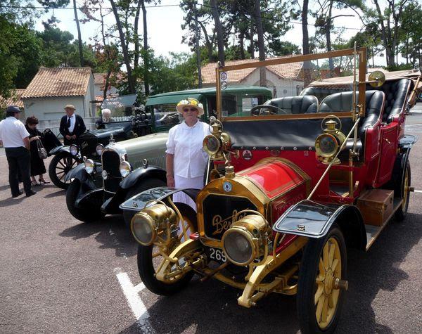 Trois belles voitures anciennes dont une Berliet au premier