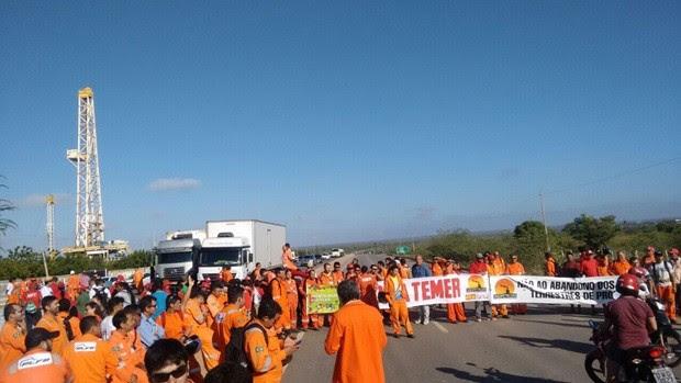 Petroleiros que trabalham em Mossoró interditaram trecho da BR-304 (Foto: Divulgação/PM)