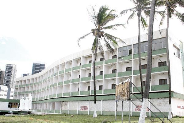 Hotel Reis Magos, na Praia do Meio, possui projeto modernista