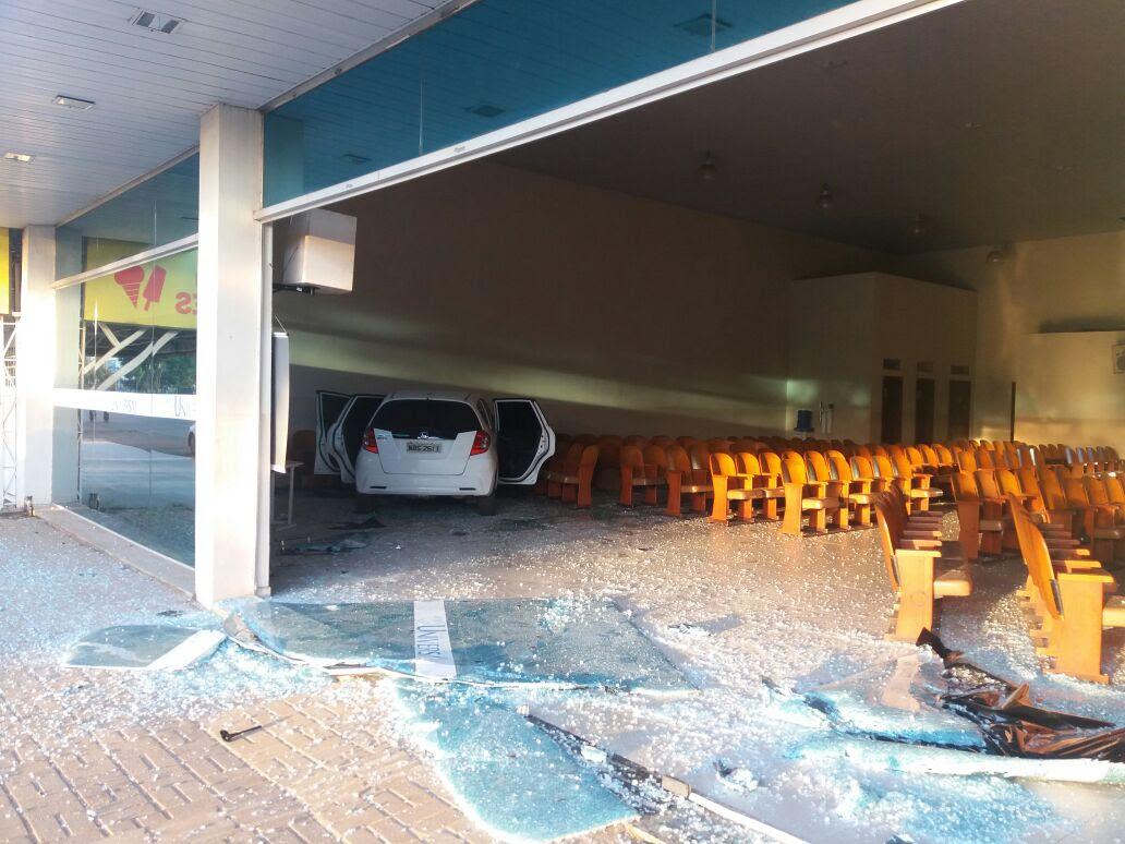 GRAVE: Carro invade igreja evangélica após violenta colisão na capital