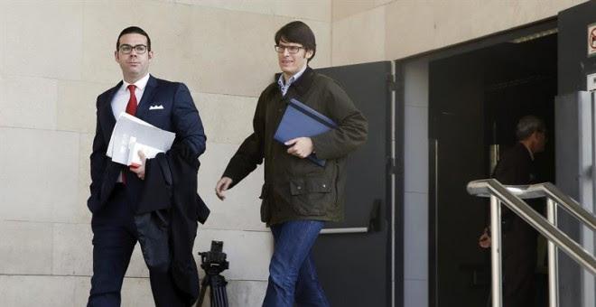 El asesor del grupo municipal popular Luis Salom (d), a su salida de la Ciudad de la Justicia donde ha declarado como investigado (imputado) ante el juez que instruye el caso Imelsa por un presunto delito de blanqueo de capitales. EFE/Kai Försterling