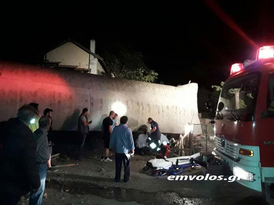 Πυροσβέστες ανασύρουν επιβάτες από εκτροχιασμένο βαγόνι
