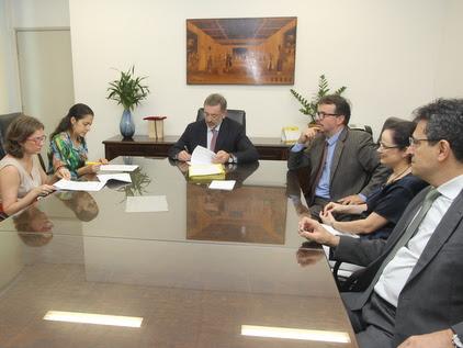PGJ Márcio Elias Rosa e Presidente do Conselho Regional de Psicologia do Estado de São Paulo, Elisa Zaneratto Rosa assinam convênio