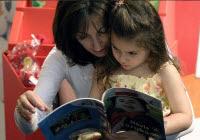 Γονείς που διαβάζουν στα παιδιά τους
