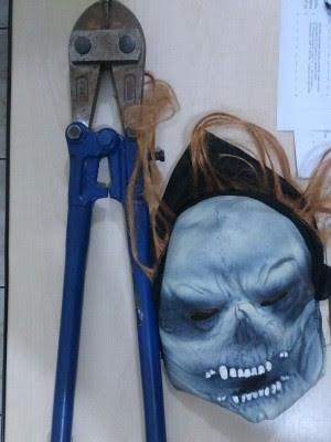 Máscara e alicate foram localizados com adolescentes em Registro (Foto: G1)