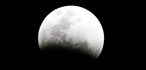 Lua vai se posicionar exatamente entre o Sol e a Terra na noite deste sábado