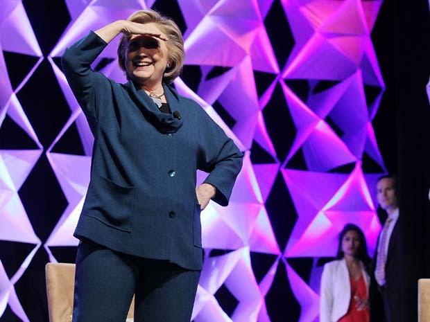 Hillary Clinton olha para a plateia de hotel em Las Vegas depois que mulher atira sapato em direção a ela (Foto: Isaac Brekken/Getty Images/AFP)