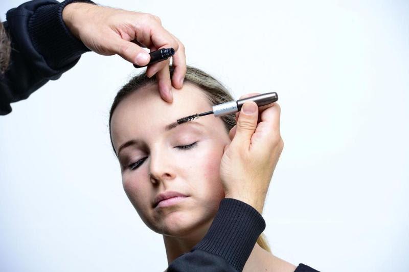 Prepare a pele com primer, base e pó. Use solução para sobrancelhas para cobrir falhas e para deixar os pelos mais uniformes.:imagem 1