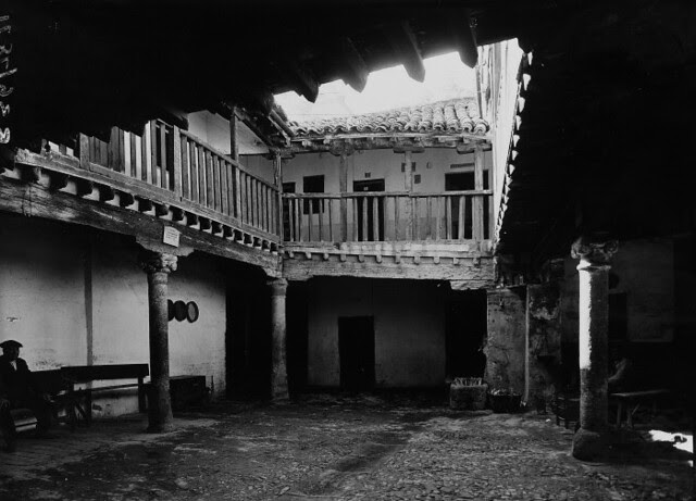 Patio de la Posada de la Sangre a comienzos del siglo XX. F. R. P. Sumner. Courtauld Institute of Art