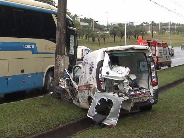 Batida entre ambulância e ônibus na Avenida Paralela, sentido Aeroporto, deixa três pessoas feridas em Salvador, segundo Transalvador (Foto: Imagens/TV Bahia)