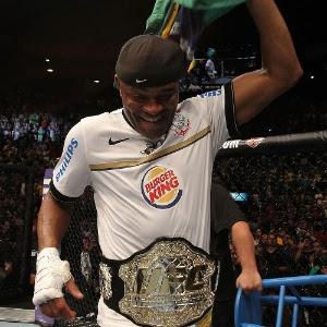Anderson Silva é corintiano e atleta do clube, mas não estará na entrega das faixas