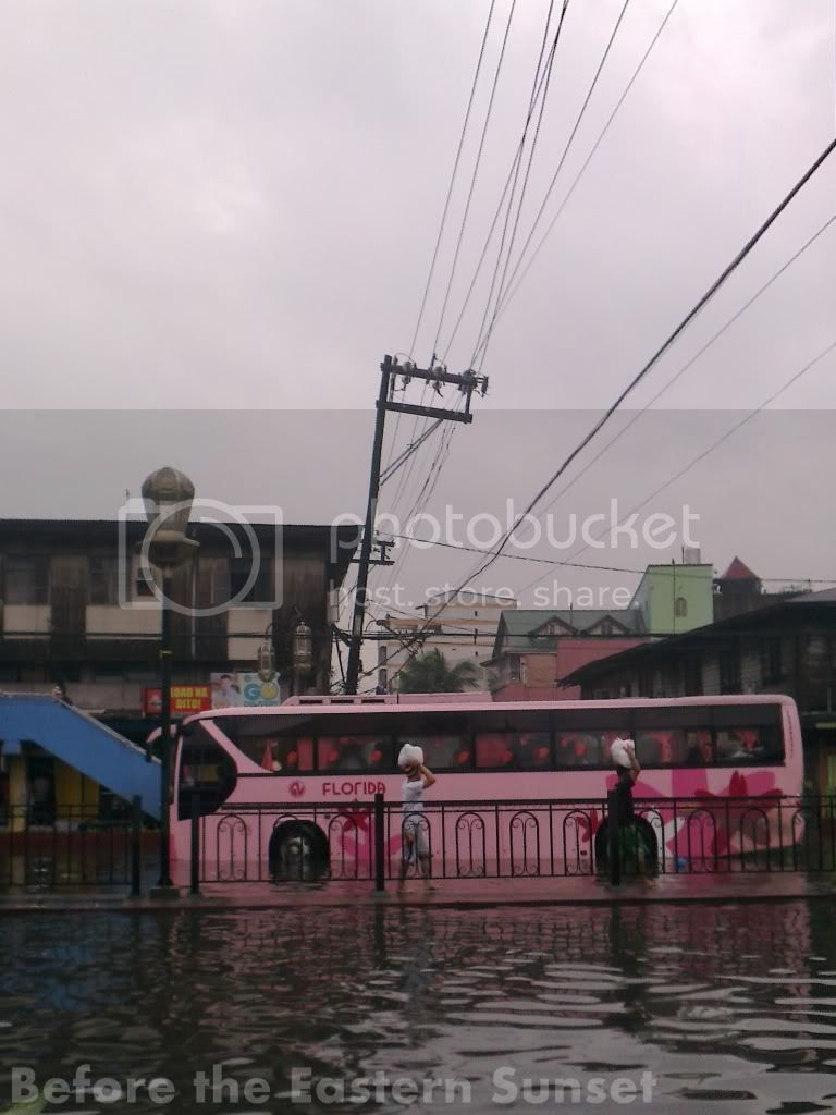 Florida Bus braving flood along España Boulevard