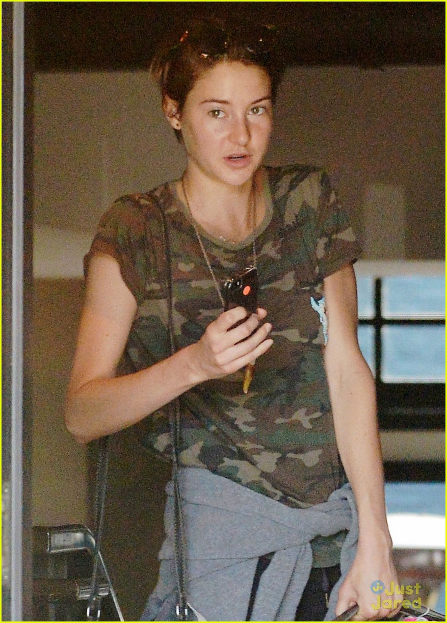 Shailene Woodley Packed Jeans Flip Flops For The Divergent