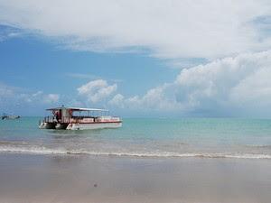Para ir à ilha de Areia Vermelha, o turista pode pegar um barco na Praia do Poço, em Cabedelo (Foto: Krystine Carneiro/G1)