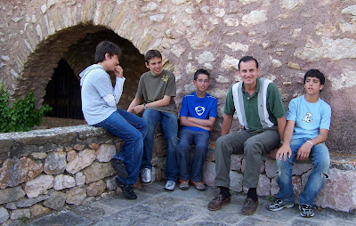 Varios chicos con Chucho mientras cuenta historias