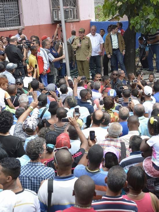 «Estoy contento con Santiago, sigan trabajando», expresó Raúl en un encuentro con la población al salir de la sede del Partido Provincial. Foto: Estudio Revolución