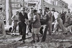 Soldati dell'Haganah che evacuano un civile ferito durante il bombardamento di Tel Aviv da parte dell'aviazione egiziana.