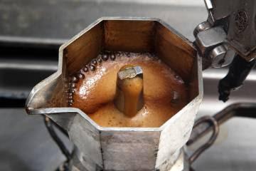 La tapa no sirve para nada. De hecho, empeora el sabor del café. Así que hay que dejarla abierta mientras se hace el café.