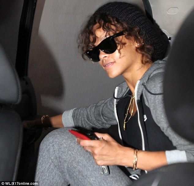 Preparando-se para a grande noite: Rihanna foi casual em cinza, em Beverly Hills no início do dia