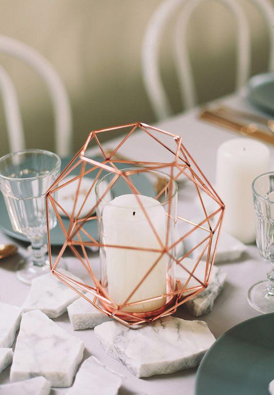 eine geometrische Kupfer-Kerze-Halter für eine mutige, moderne Tischdekoration