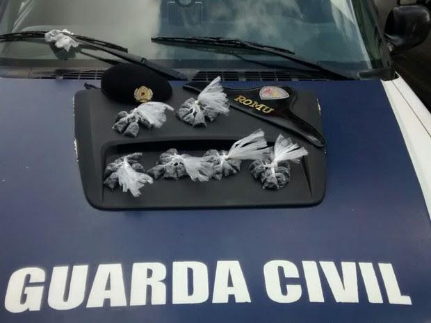 Com o suspeito foram encontradas várias porções de crack (Foto: Divulgação/GCM Sorocaba)