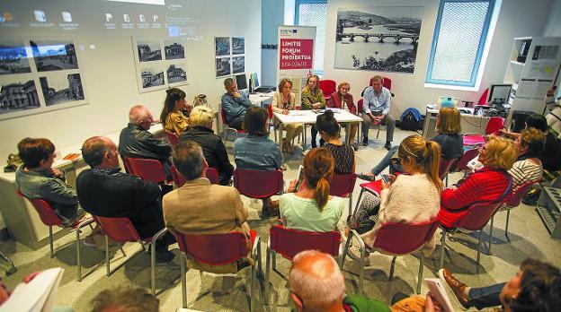 En la muga. Agustín Morate, Igone Virto, Izaskun Goñi, Juncal Violet y Paco Martínez, en la mesa de presentación del seminario./F. DE LA HERA