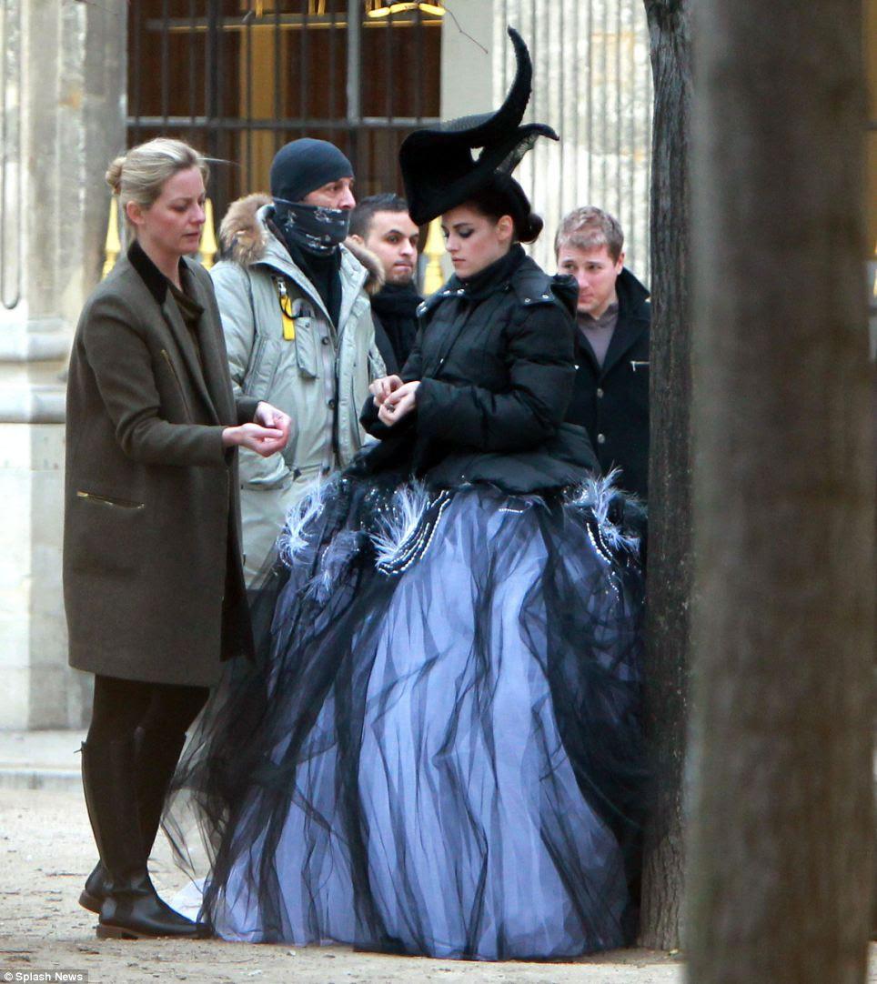A estrela de Twilight mais tarde coberto do frio com uma jaqueta preta