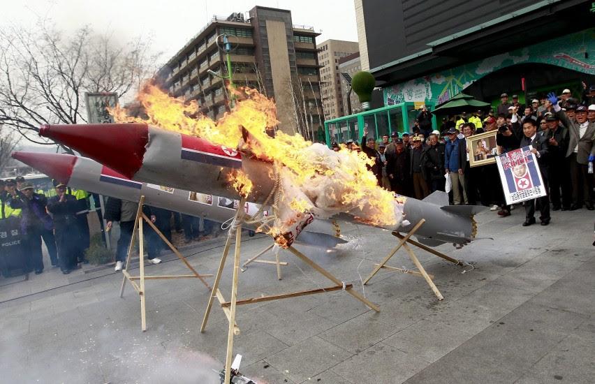 Protestas contra el lanzamiento del cohete de Corea del Norte, que ha resultado fallido